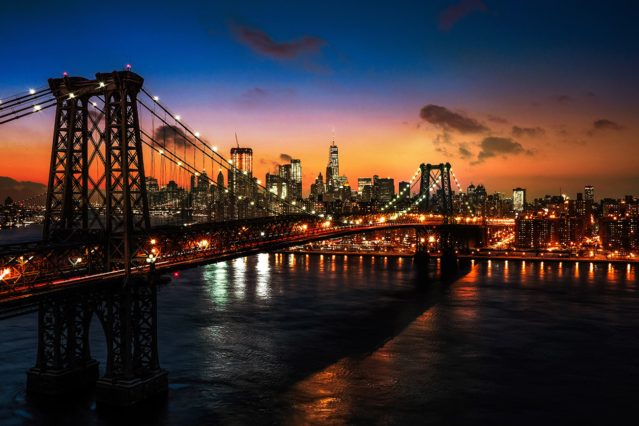 Colorful Sunset over the NYC Williamsburg Bridge 01 - Royalty-Free Stock Imagery
